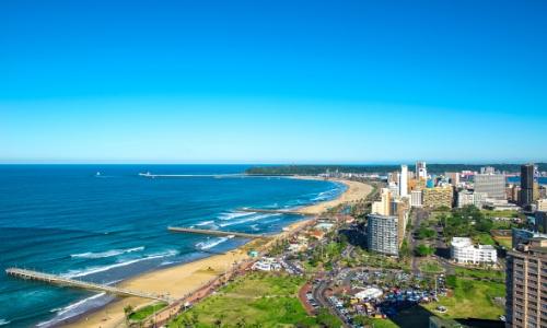 Vue aérienne sur la ville de Durban, en bord d'océan