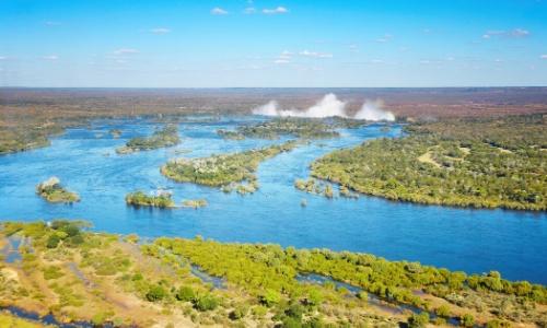 Vue aérienne sur le fleuve Zambèze en Afrique Australe avec végétation et les chutes Victoria