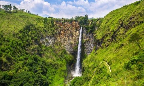 Beaucoup de verdure autour d'une cascade sur l'île de Sumatra en Indonésie