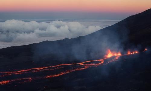 Vue aérienne sur le volcan du Piton de la Fournaise sur l'île de La Réunion avec lave