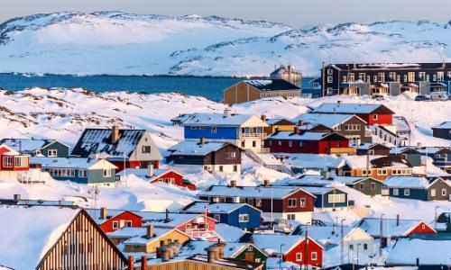 Ville de Nuuk au Groenland, enneigée, maisons