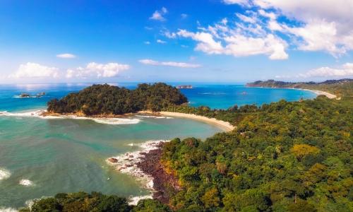 Vue sur la plage du parc national Manuel Antonio, avec arbres, eaux cristallines