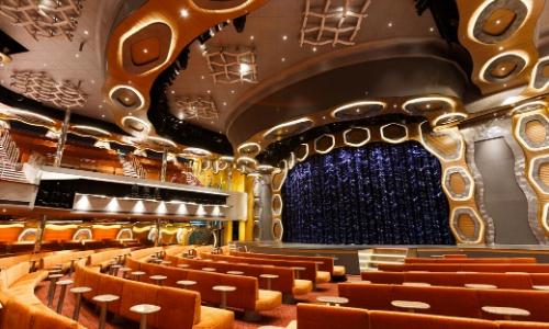 Intérieur salle de spectacle à bord avec scène, fauteuils, lumières