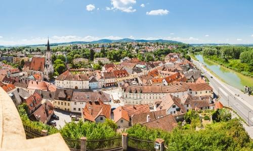 Vue sur l'abbaye de Melk en Autriche, surplombant le Danube à sa droite avec des habitations