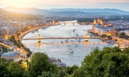 Vue sur le Danube à traversant Budapest en Hongrie avec ponts, monuments, bateaux...