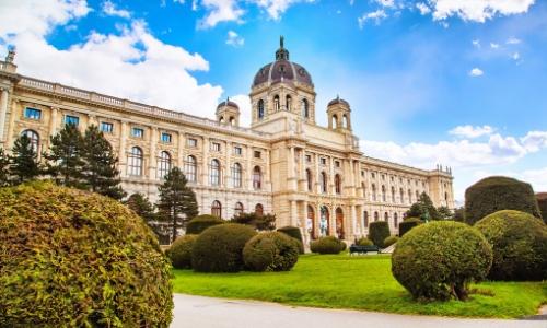 Façade Musée Histoires Naturelles à Vienne avec jardin devant