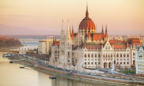 Vue sur le Parlement en Hongrie au lever du soleil aux abords du Danube