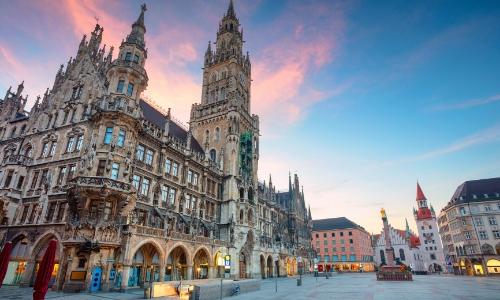 Vue sur la place Marien à Munich en Allemagne avec son hôtel de ville et tour néogothique