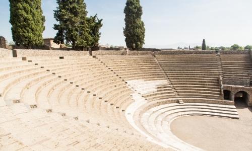 Intérieur amphithéâtre de Pompéi avec gradins