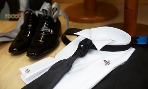 Ensemble d'une tenue élégante homme, chaussures brillantes, cravate, chemise