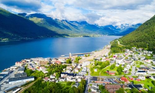 Ville alpine de Andalsnes avec habitations aux pieds des fjords