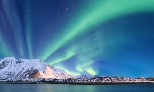 Vue sur le ciel, avec aurores boréales, avec glacier en fond