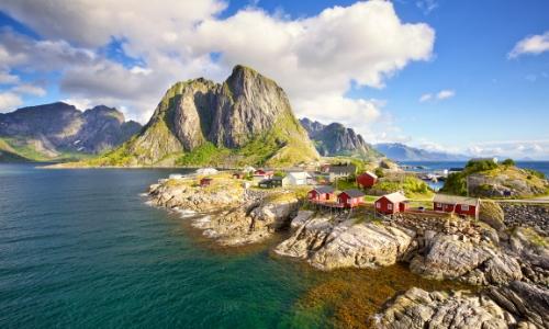 Îles Lofoten avec cabanes rouges de pêcheurs