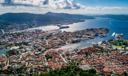 Bergen, la ville portuaire située dans un fjord avec bateaux, habitations