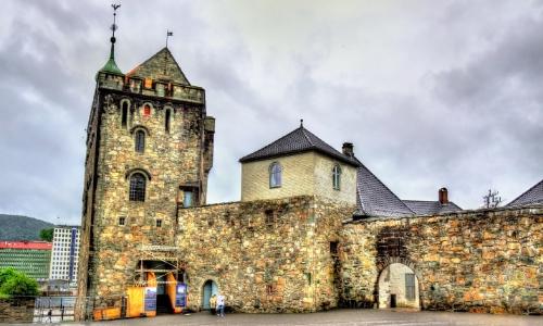 La forteresse de Bergenhus du XVIe siècle avec tour et remparts