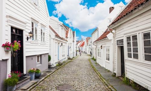Une allée entourée de maisons en bois blanches