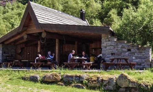 Chalet de montagne Briksdalsbre Fjelltove, en bois, avec bancs pour manger, ambiance nature