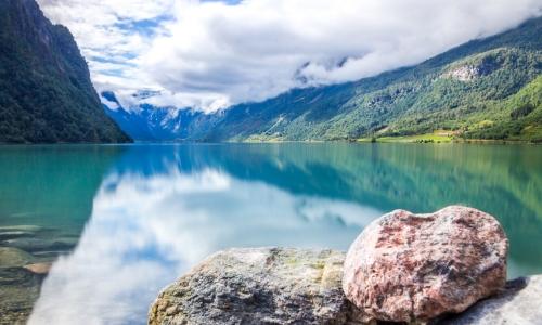 Vue sur le lac Oldenvatnet, avec montagnes autour, eau transparente