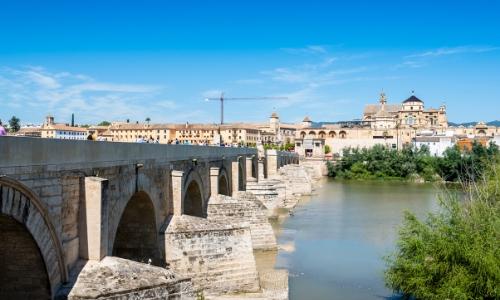 Vue sur le fleuve du Guadalquivir en Espagne, avec pont au-dessus