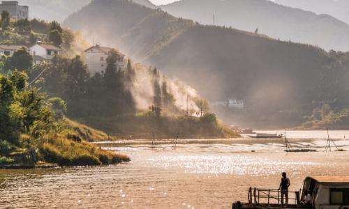 Vue sur le fleuve du Yangzi Jiang en Chine avec verdure et maisons en hauteur