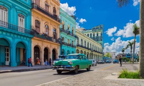 Rue, maisons colorées et voitures anciennes, typique de La Havane à Cuba