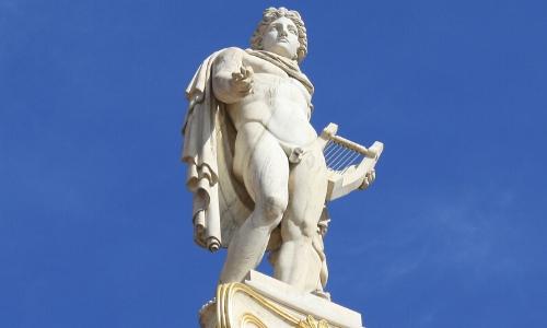 La statue d'Apollon, tenant une mini harpe à la main