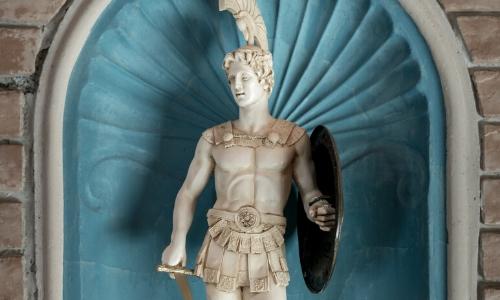 Statue du dieu de la guerre Arès, avec instruments de guerre (bouclier, épée)