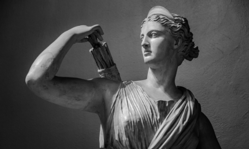 Statue de la déesse Artémis, tenant de quoi chasser dans son dos
