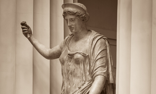 Statue de la déesse Héra, tenant un objet à la main gauche en l'air