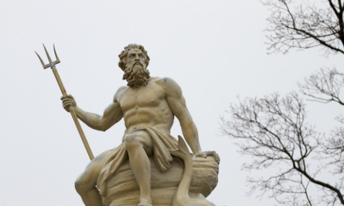 Statue de Poséidon, tenant une fourche, regard au loin