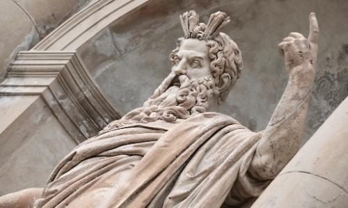 La statue de Zeus en Grèce, il porte une barbe, doigt en l'air, air énervé