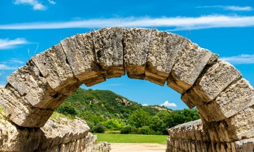 Une arche en pierres symbolisant l'entrée du stade olympique à Olympie