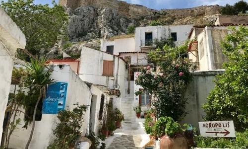 Ruelles étroites dans le quartier de Plaka à Athènes au pied de l'Acropole