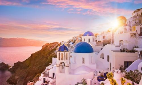 L'île de Santorin dans l'archipel de Grèce des Cyclades, avec bord de mer et maisons blanches typiques