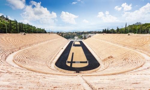 Vue sur l'intérieur du Stade en plein air en forme de fer à cheval avec gradins sur 3 côtés