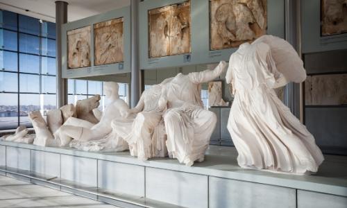 Intérieur du musée archéologique d'Athènes avec oeuvres d'art antiques