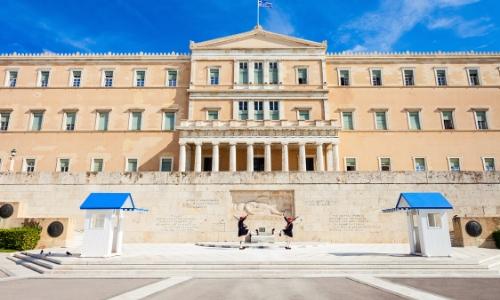 Le Parlement à Athènes sur la place de la Constitution avec la relève de la garde juste devant