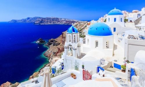 Photo des maisons sur l'île de Santorini en Grèce avec ciel bleu et vue sur la mer
