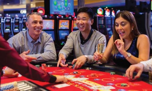 Joueurs au Casino sur une table de jeu, contents
