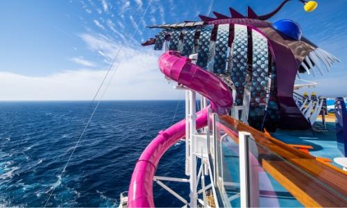 Grand Toboggan sur le navire et surplombant la mer