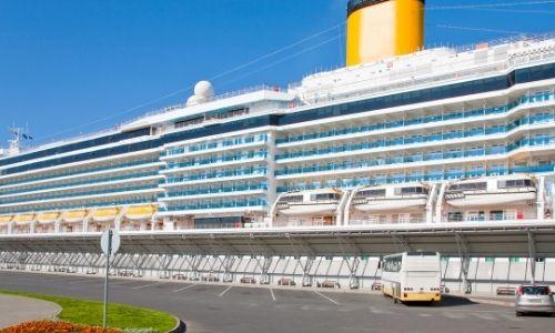 bateau Costa Croisière à quai, vue de toute sa longueur