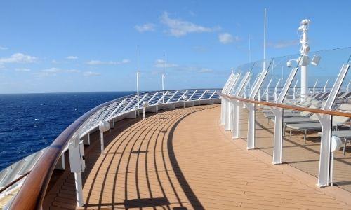 vue d'un pont supérieur d'un bateau de croisière en plein soleil
