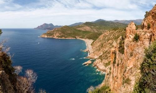 Les calanques de Piana en Corse, vue aérienne sur la mer et les côtes rocheuses