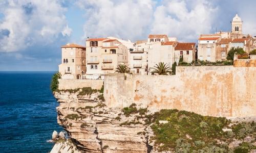 La côte rocheuse (falaise) de Bonifacio en Corse, avec habitations au bord, surplombant la mer