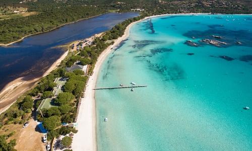 Vue aérienne sur la plage de Santa Giulia en Corse, eau turquoise, végétation, sable blanc