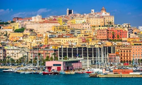 Cagliari, en hauteur, avec vue sur la mer, habitations colorées