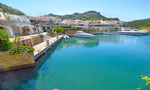 La Costa Smeralda en Italie avec maisons luxueuses et petit port