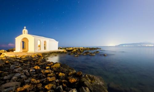 Georgioupolis en Crète, bord de mer avec rochers, et petit bâtiment blanc type religieux