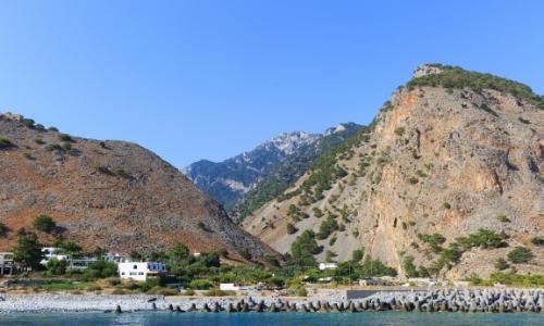 Les Gorges de Samaria en Crète avec collines rocheuses, lac, végétation