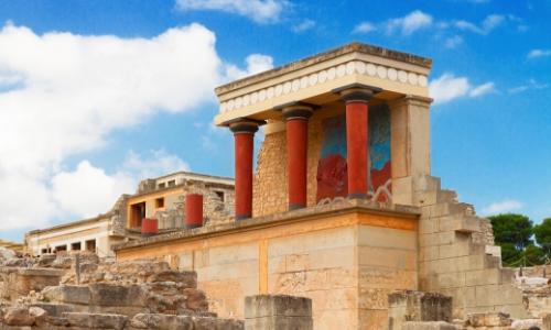 Le Palais de Cnossos en Crète, collones rouges, ensemble en pierres, site archéologique